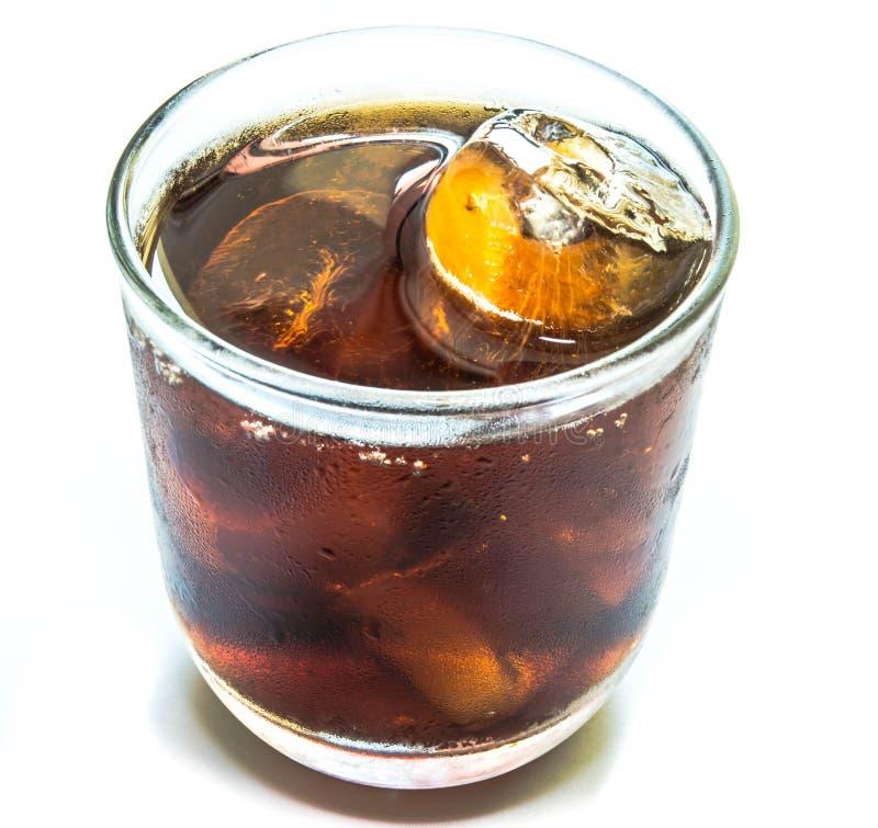 Cola con hielo en taza fotos de archivo