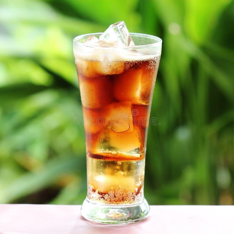 Cola con il cubetto di ghiaccio fotografia stock libera da diritti