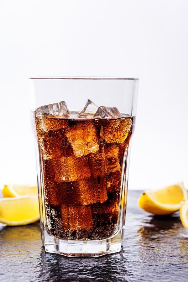 Cola con los cubos de hielo foto de archivo