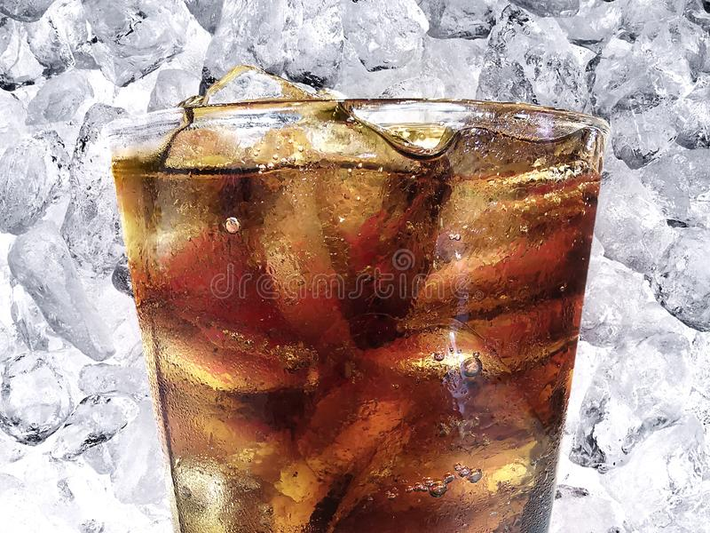 Cola con los cubos de hielo en vidrio imagen de archivo