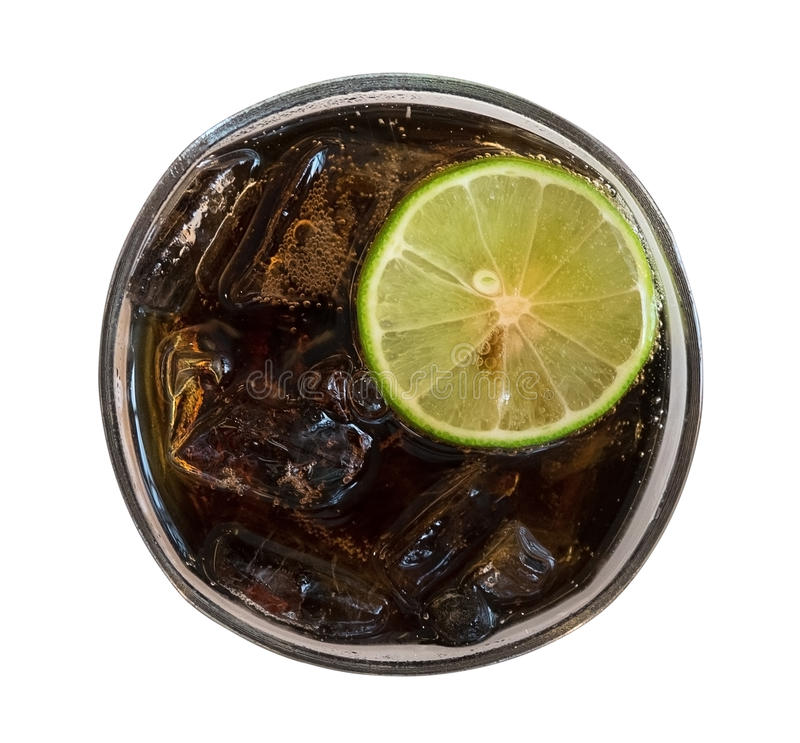 Cola con los cubos de hielo y rebanada del limón en la visión superior de cristal aislada en el fondo blanco, trayectoria fotos de archivo libres de regalías