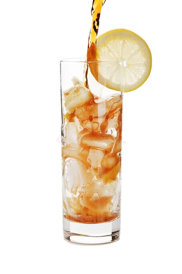 Cola de derramamento em um vidro. fotografia de stock