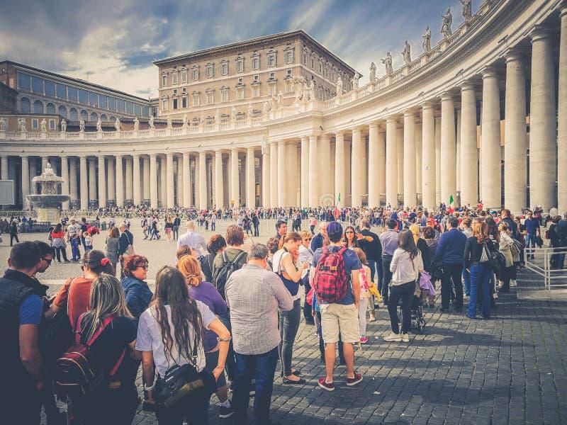 Cola de fiel visitando a la Ciudad del Vaticano en Roma foto de archivo libre de regalías