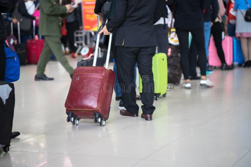 Cola de la gente asiática que espera en la puerta de embarque en el aeropuerto primer imagen de archivo