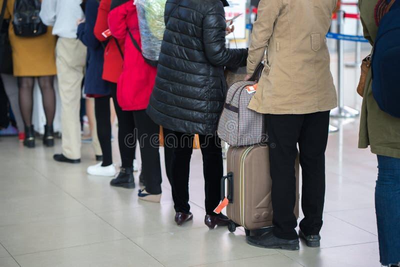 Cola de la gente asiática que espera en la puerta de embarque en el aeropuerto primer imagen de archivo libre de regalías