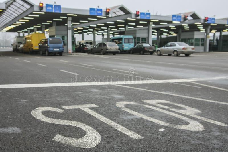 Cola de los coches que esperan en el paso de frontera Pulimento-ucraniano imagenes de archivo