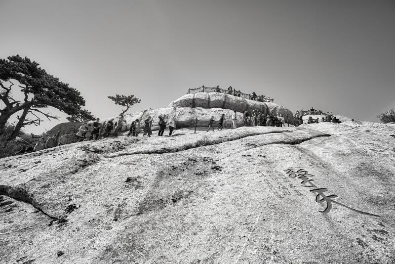 Cola de los turistas para subir la montaña de Huashan fotos de archivo libres de regalías