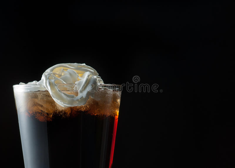 Cola, Hielo Y Crema Azotada Imagenes de archivo