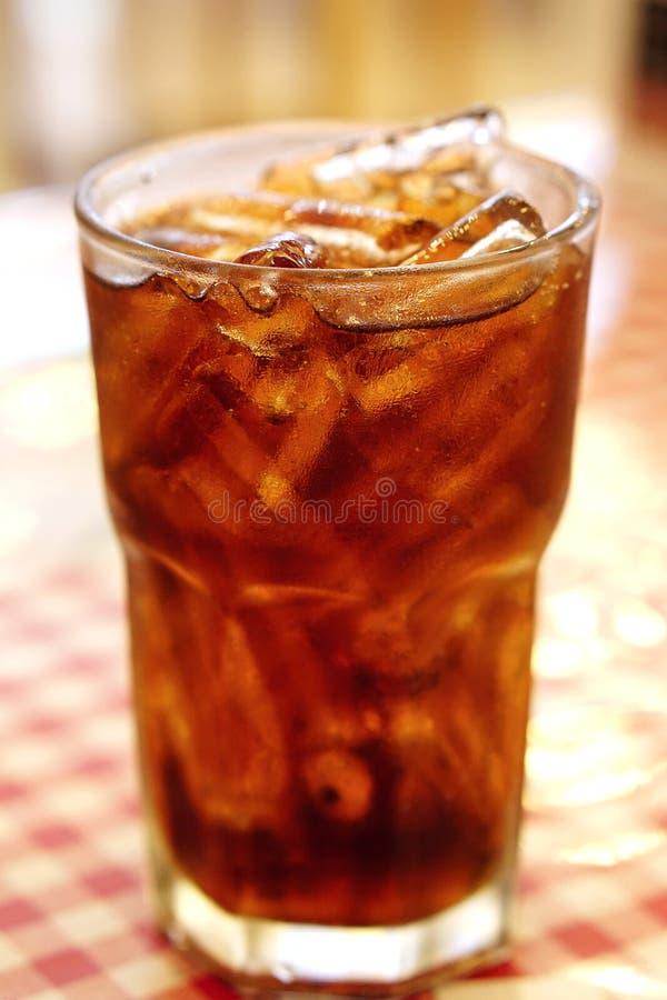 Cola i dricka exponeringsglas med is arkivfoto