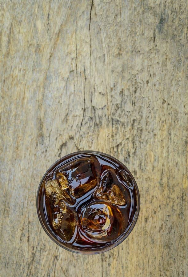 Cola i exponeringsglas med is från bästa sikt royaltyfria bilder