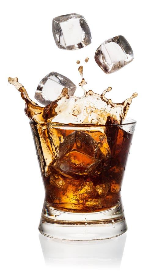 Cola i exponeringsglas med iskuber på vit. Med det passande urklippet royaltyfria foton