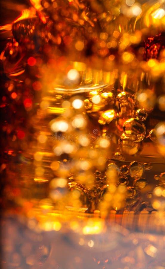 Cola i exponeringsglas med is och bubblor av gas arkivbilder