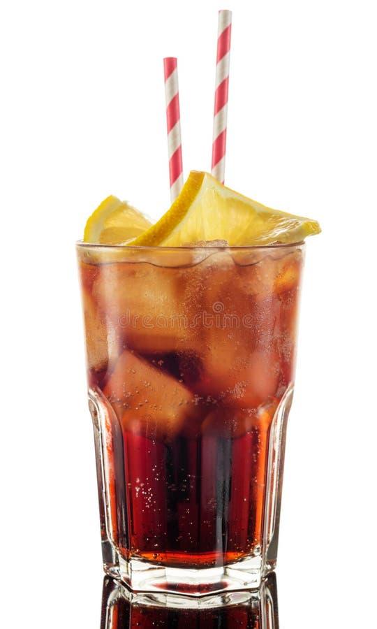 Cola i exponeringsglas med sugrör- och iskuber som isoleras på vit bakgrund royaltyfria foton