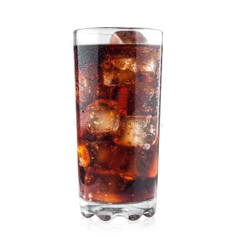 Cola i exponeringsglas- och iskuber som isoleras på vit bakgrund inklusive den snabba banan arkivbild