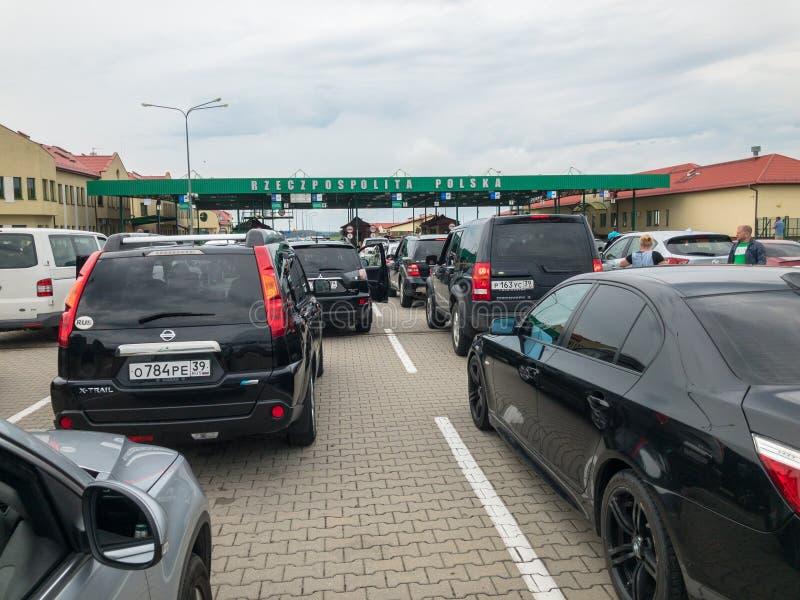 Cola larga que quiere cruzar la frontera entre Rusia y Polonia foto de archivo