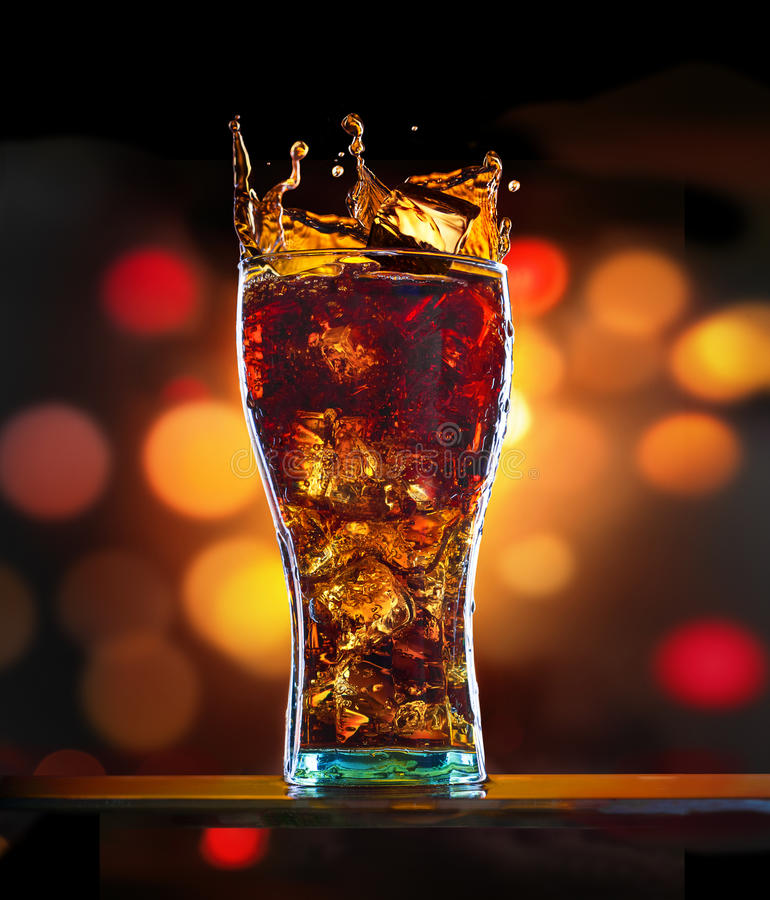 Cola med is royaltyfria bilder