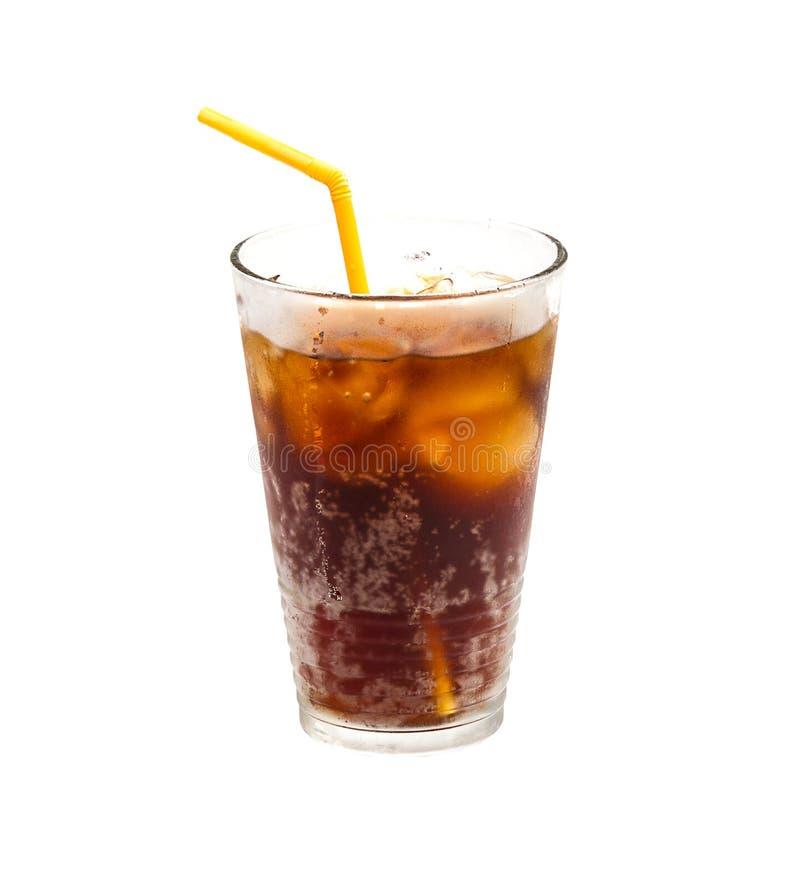 Cola med is och sugrör i exponeringsglas som isoleras på vit bakgrund royaltyfri foto