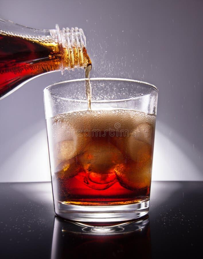 cola skära i tärningar is royaltyfri fotografi