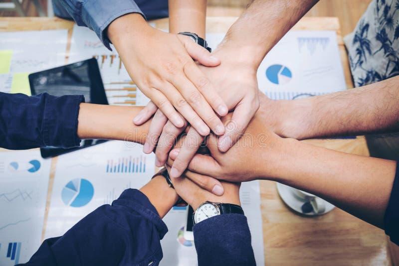 Colaboración Concep del espíritu de equipo de las manos del trabajo en equipo del negocio que se une a fotos de archivo
