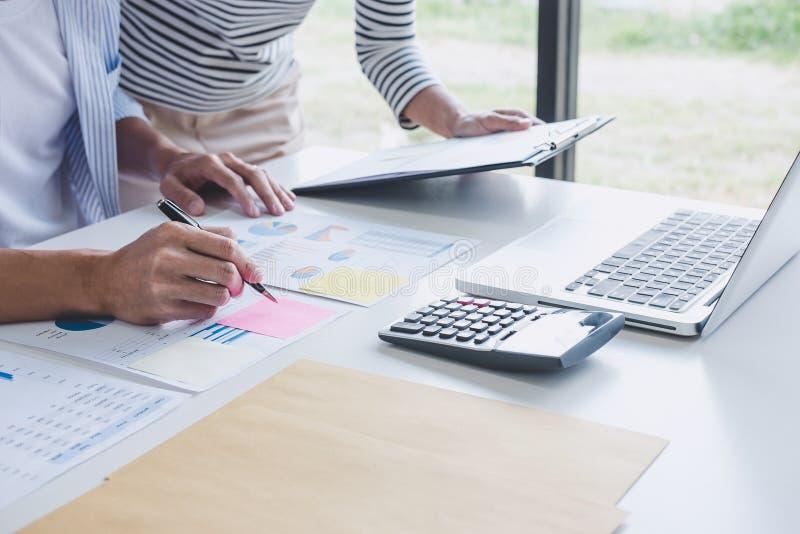 Colaboración del equipo del negocio que discute trabajando análisis con datos financieros y comercializando el gráfico en equipo, imagen de archivo