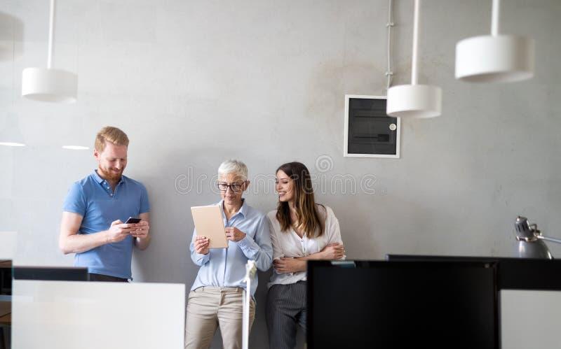 Colaboraci?n y an?lisis por los hombres de negocios que trabajan en oficina fotos de archivo libres de regalías