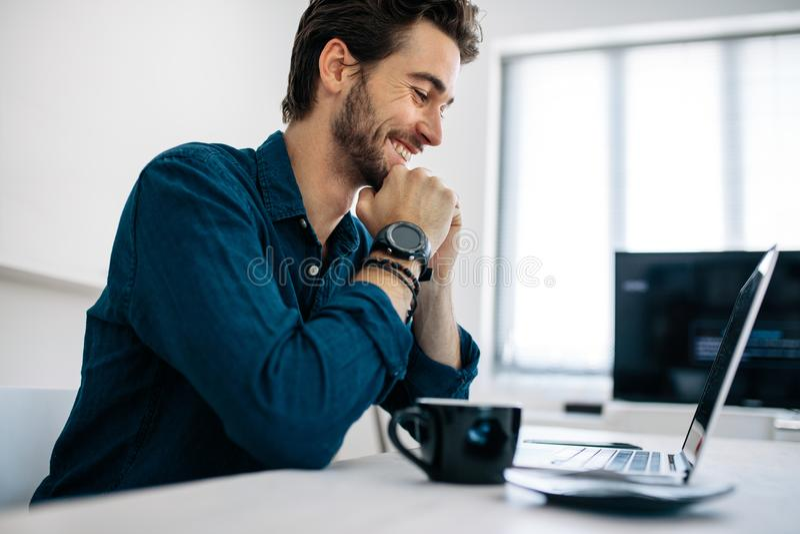Colaborador de aplicação que trabalha no computador no escritório fotografia de stock royalty free