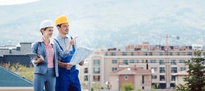 Colaborador e trabalhador da construção de propriedade que criam o projeto junto fotos de stock royalty free