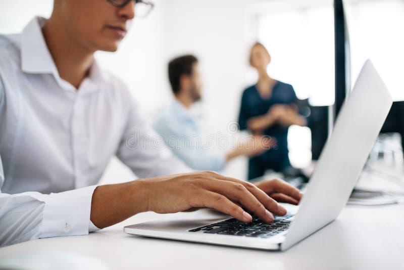 Colaboradores de aplicação que trabalham em computadores no escritório foto de stock royalty free