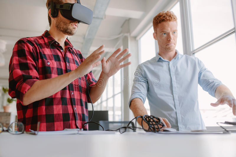 Colaboradores que testam um dispositivo aumentado da realidade imagem de stock
