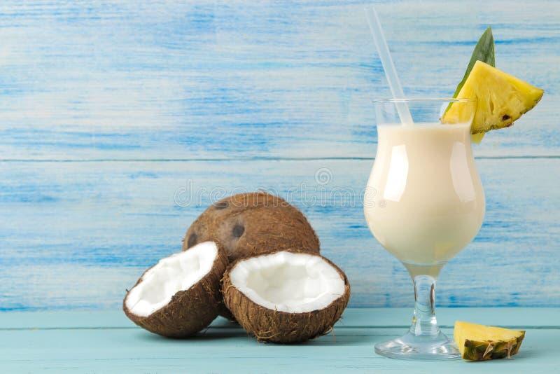 Colada de Pina do cocktail Cocktail alco?lico de refrescamento do ver?o de Pina Colada com leite de coco e suco de abacaxi pr?xim imagens de stock royalty free
