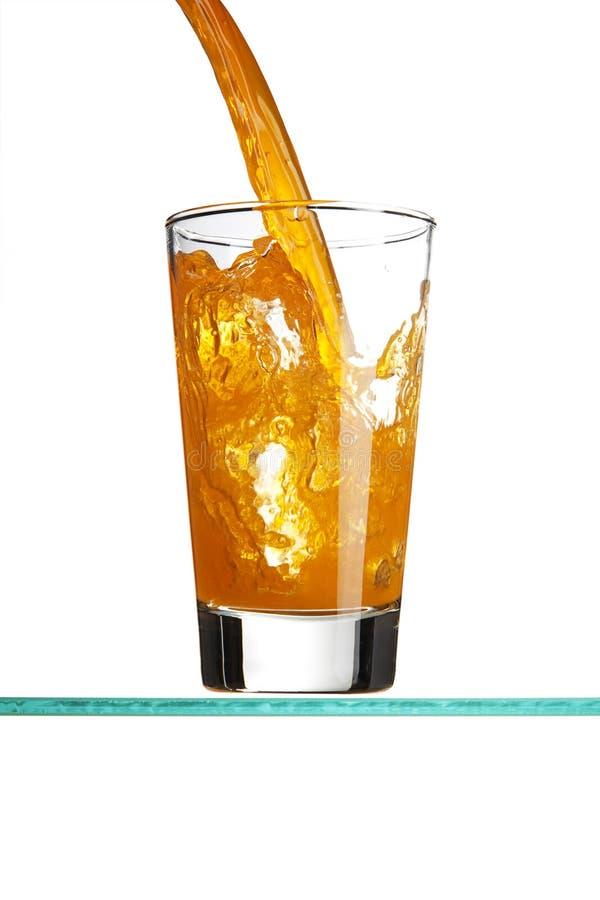 Colada de una bebida anaranjada imágenes de archivo libres de regalías