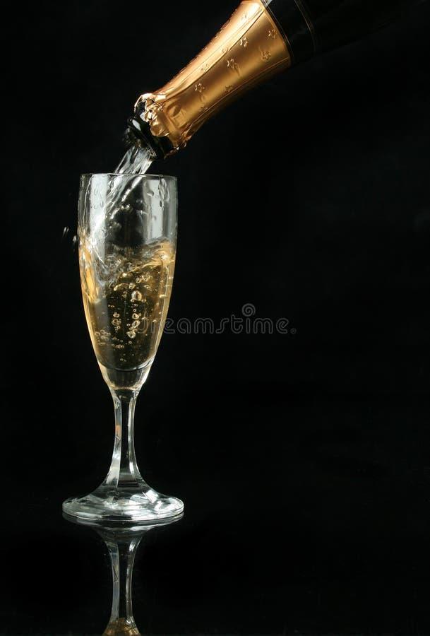 Colada de una flauta de champán imagenes de archivo
