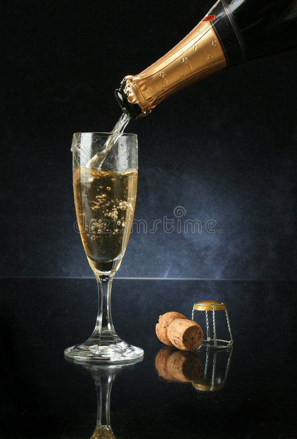 Colada de una flauta de champán foto de archivo