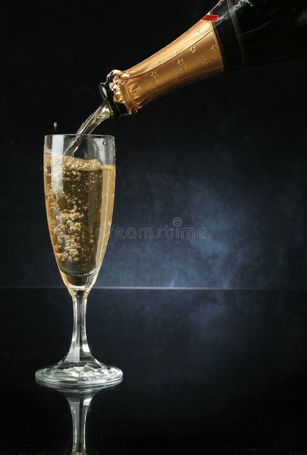 Colada de una flauta de champán imagen de archivo