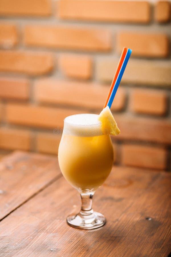 Colada frais de pina en verre avec la paille photos stock