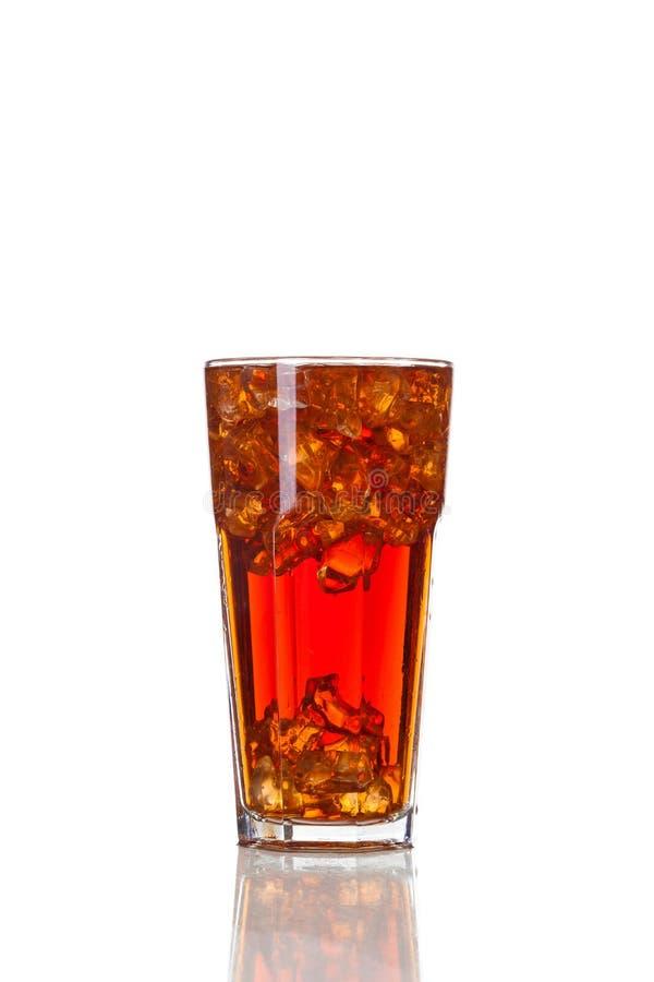 Coladrink i exponeringsglas som isoleras på vit bakgrund royaltyfria bilder