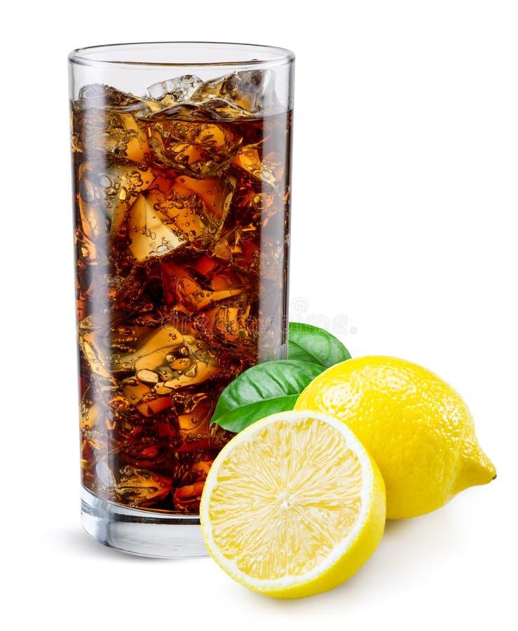 Colaexponeringsglas med citronen som isoleras på vit royaltyfri foto