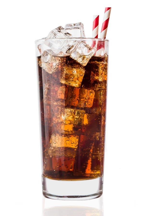Colaexponeringsglas med iskuber på en vit bakgrund royaltyfri foto