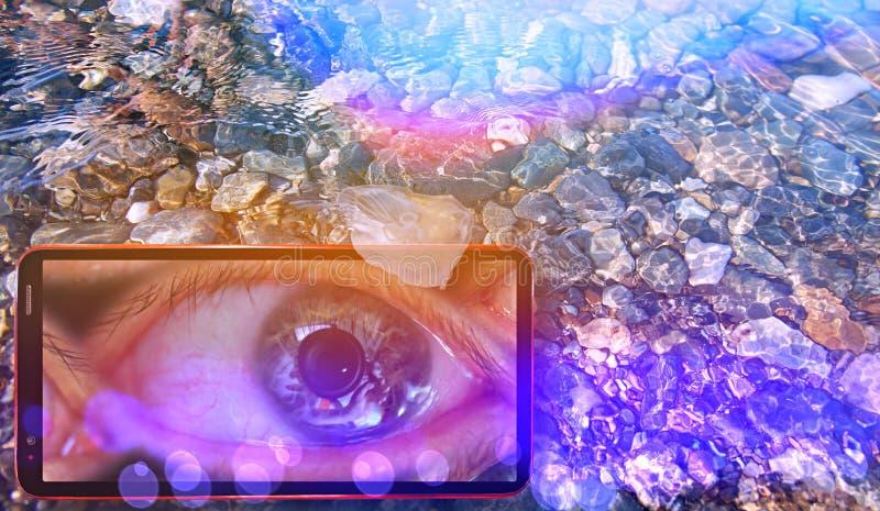 Colagem brilhante da fantasia das medusa ensolaradas que flutuam na água acima das pedras do Mar Negro e no telefone celular sob  fotografia de stock