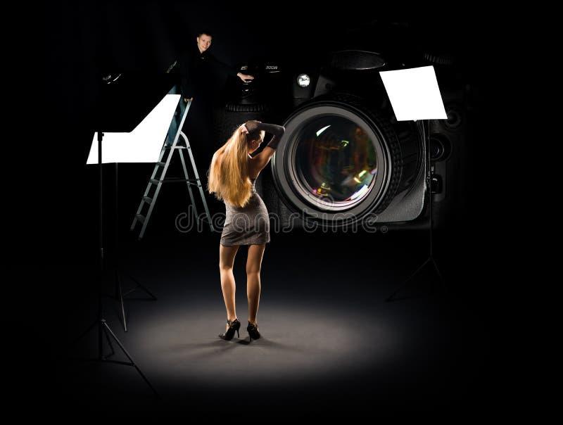 Colagem cómico do fotógrafo e do modelo ilustração do vetor