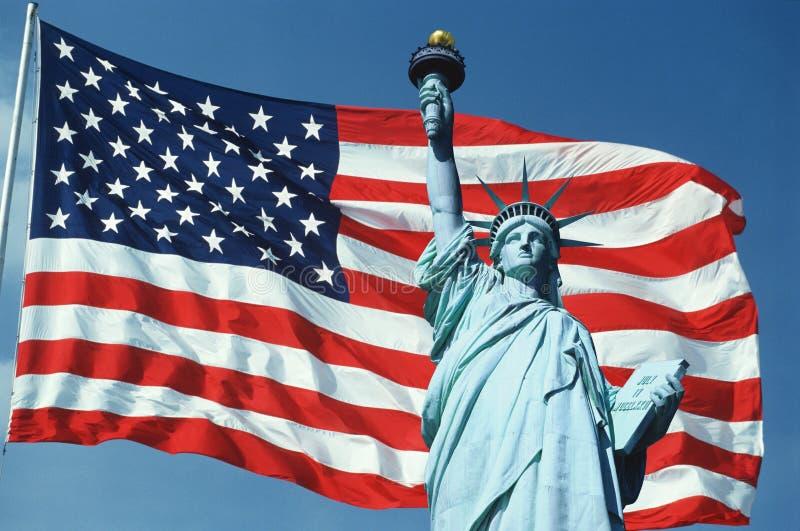 Colagem da estátua de liberdade sobre a bandeira americana fotos de stock royalty free