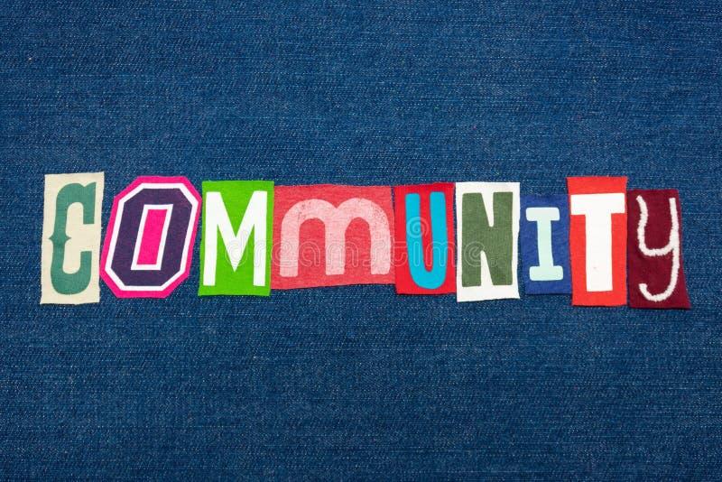 A colagem da palavra do texto da COMUNIDADE na tela brilhantemente colorida na sarja de Nimes azul, letras diversas ilustra criat fotos de stock royalty free