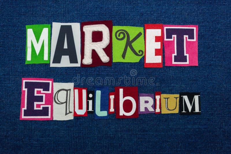 Colagem da palavra do texto do EQUILÍBRIO do MERCADO, multi tela colorida na sarja de Nimes azul, oferta e procura equilibrada co imagem de stock