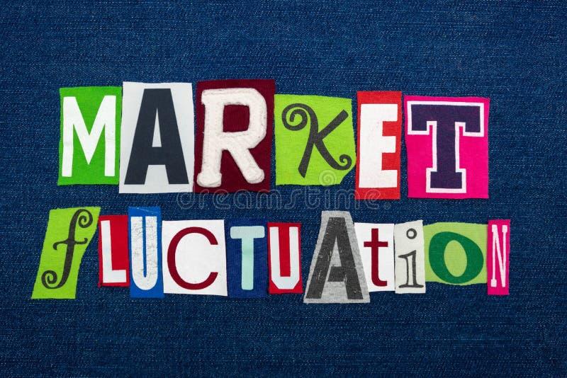 Colagem da palavra do texto da FLUTUAÇÃO do MERCADO, multi tela colorida na sarja de Nimes azul, conceito das mudanças de preço d imagem de stock