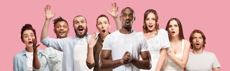 A colagem das caras de povos surpreendidos em fundos cor-de-rosa Emoções humanas, conceito da expressão facial imagens de stock