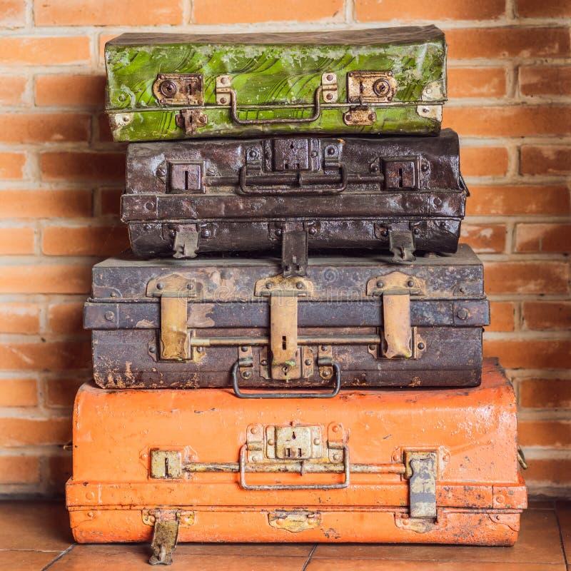 Colagem de malas de viagem retros do curso Grupo de malas de viagem velhas Brown e mala de viagem retro do preto Bagagem do vinta fotografia de stock royalty free