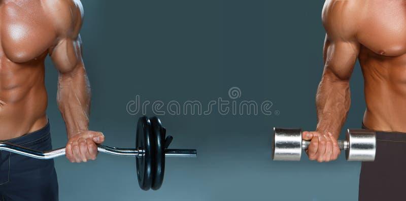 Colagem de um halterofilista atlético do homem do poder considerável que faz exercícios com peso e barbell foto de stock