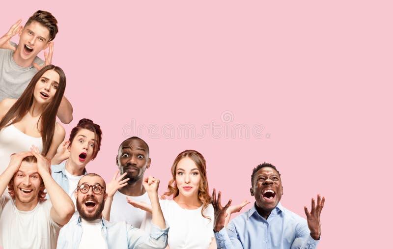 Colagem do fim acima dos retratos de jovens no fundo cor-de-rosa imagens de stock royalty free