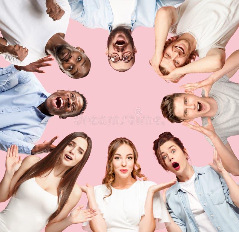 Colagem do fim acima dos retratos de jovens no fundo cor-de-rosa foto de stock