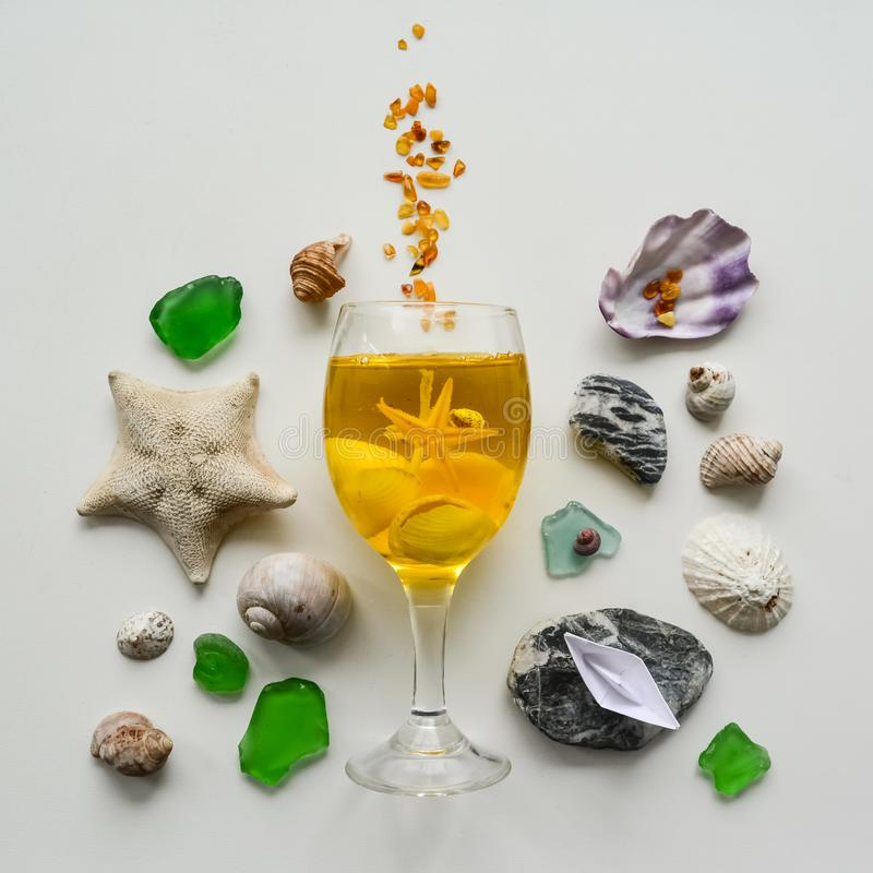 Colagem do mar das conchas do mar e dos seixos em um fundo branco imagens de stock royalty free